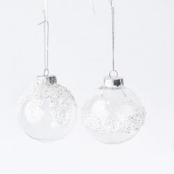 Plastic kerstbal doorzichtig en bevroren